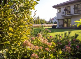 Ogród Z Miejscem Do Wypoczynku Dla Dzieci I Dorosłych