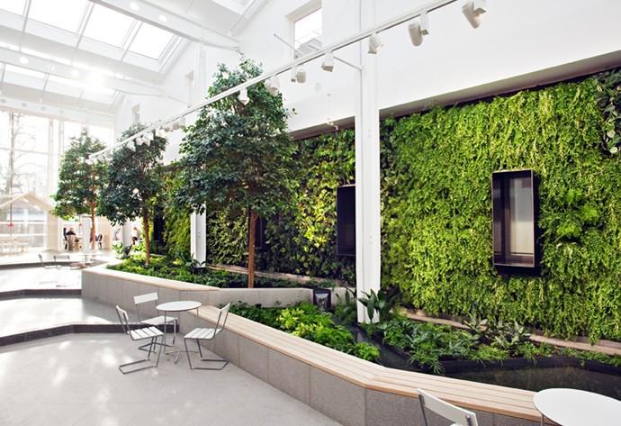 Bujny ogr d w rodku budynku trendy w architekturze for Interieur beplanting